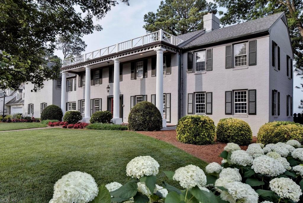 LUXURIOUS JAMES RIVER ONE ACRE WATERFRONT HOME WITH 135 FT OF RIVER FRONT.LARGE OVERSIZED FAMILY HOME WITH PANELLED FORMAL LIVING ROOM WITH FIREPLACE,LARGE FORMAL DINING ROOM,UPDATED CENTER ISLAND KITCHEN WITH RIVERFRONT DINING AREA,OVERSIZED RIVERFRONT FAMILY ROOM WITH FIREPLACE AND LARGE PRIVATE MASTER SUITE WITH FIREPLACE AND UPDATED VAULTED BATH.FAMILY AMENITIES ABOUND WITH PRIVATE BEDROOMS AND BATHS,CHILDRENS AREA,HOME OFFICE AND TONS OF STORAGE BOTH IN THE ATTIC AND BASEMENT.GROUNDS INCLUDE MATURE LANDSCAPING,FENCED RIVERFRONT YARD,XLARGE PATIO  WITH OUTDOOR DINING AREA AND ENCLOSED WORKSHOP.PRIDE OF OWNERSHIP SHOWS FROM FRONT TO SHORELINE.THIS SPACIOUS  RIVERFRONT HOME IS READY FOR A FAMILY TO BUILD A LIFETIME OF MEMORIES.OH...DID WE FORGET TO MENTION THOSE JAMES RIVER SUNSETS FROM THE DOUBLE WIDTH LOT THAT AFFORDS MAXIMUM PRIVACY PLUS THE SHORT WALK TO HILTON SCHOOL.