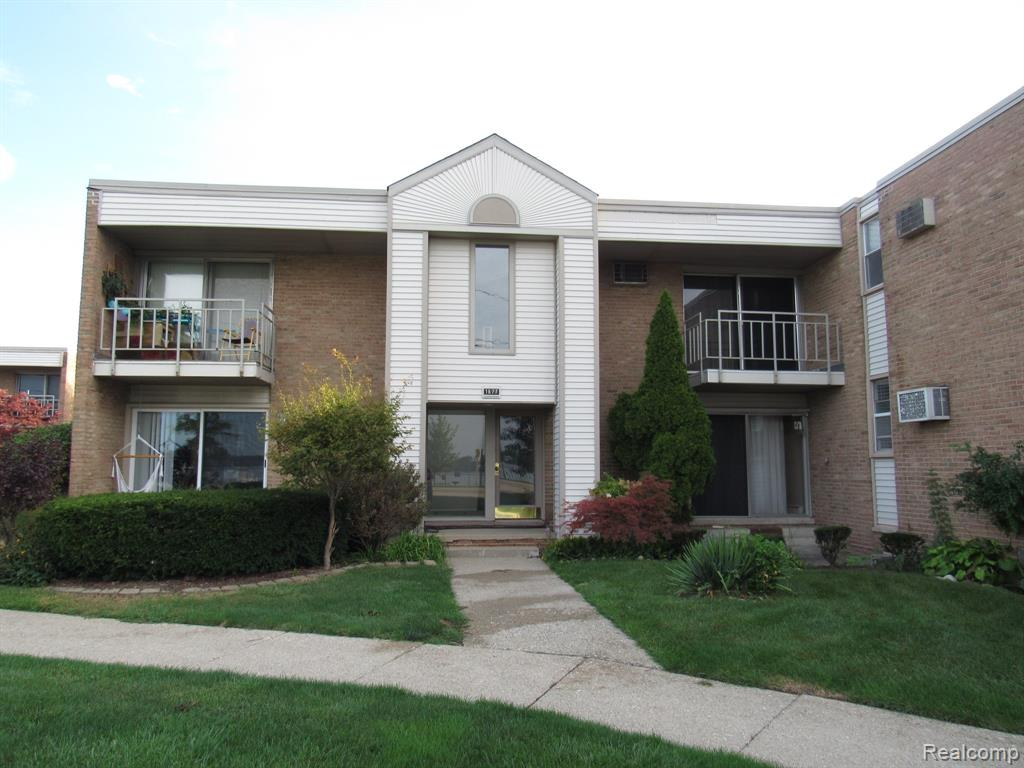 Welcome Home!  This cozy ranch style condo is on the ground level and features a spacious living room, galley style kitchen and a large bedroom with walk-in closets.  Great location, nestled between Cass Lake and Sylvan Lake! Enjoy sunset views of Cass Lake all year round from your front patio!  Pet friendly community, includes all utilities except electric.