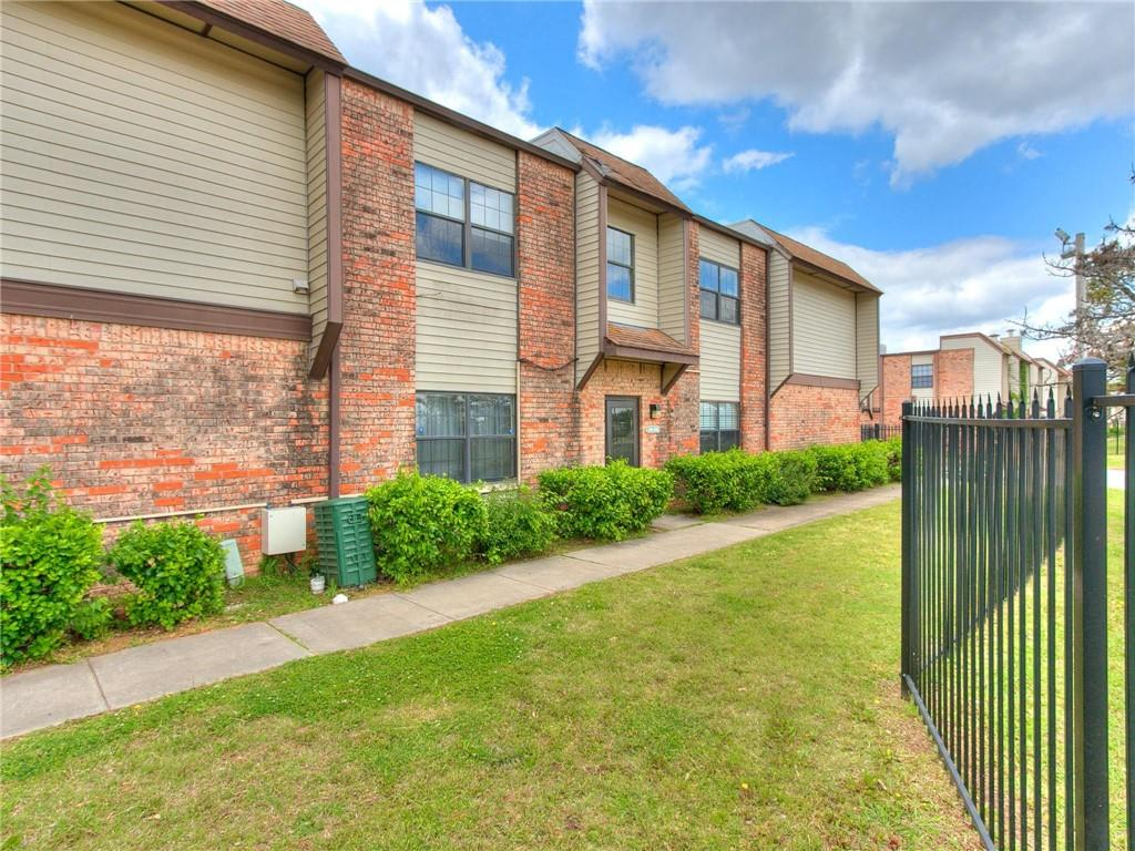 Great condo close to OU. Right at the front of the entrance and close to the pool! This condo is an upstairs unit. Brand new flooring throughout!  Open concept kitchen. HOA covers maintenance outside, trash, and common areas.