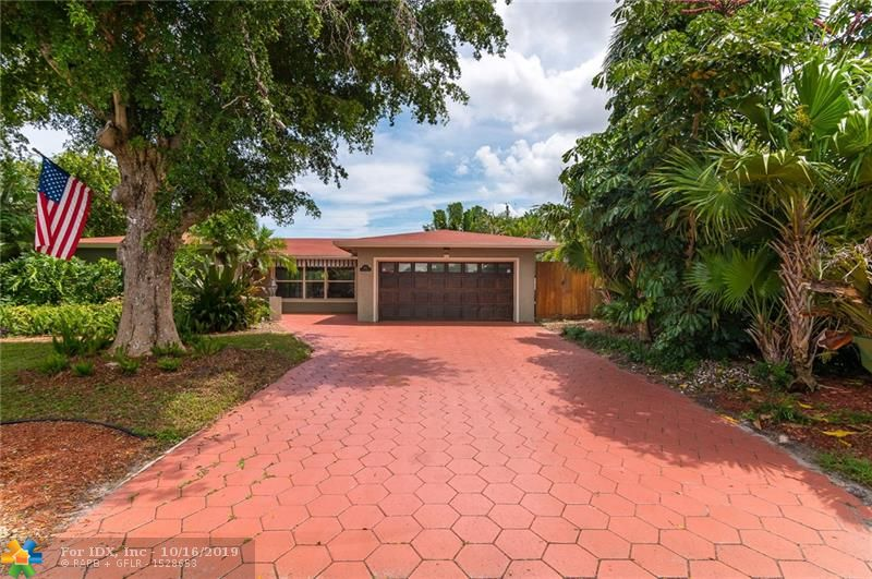 BEAUTIFUL 2 BEDROOMS, 2 BATH HOME, ON LUSH LANDSCAPED CORNER LOT WITH ADDITIONAL PARKING. PRIVATE BACK YARD WITH A DOMED SCREENED POOL. UPDATED KITCHEN AND BATHROOMS. CLOSE TO SCHOOLS, SHOPS, RESTAURANTS AND HOSPITALS.