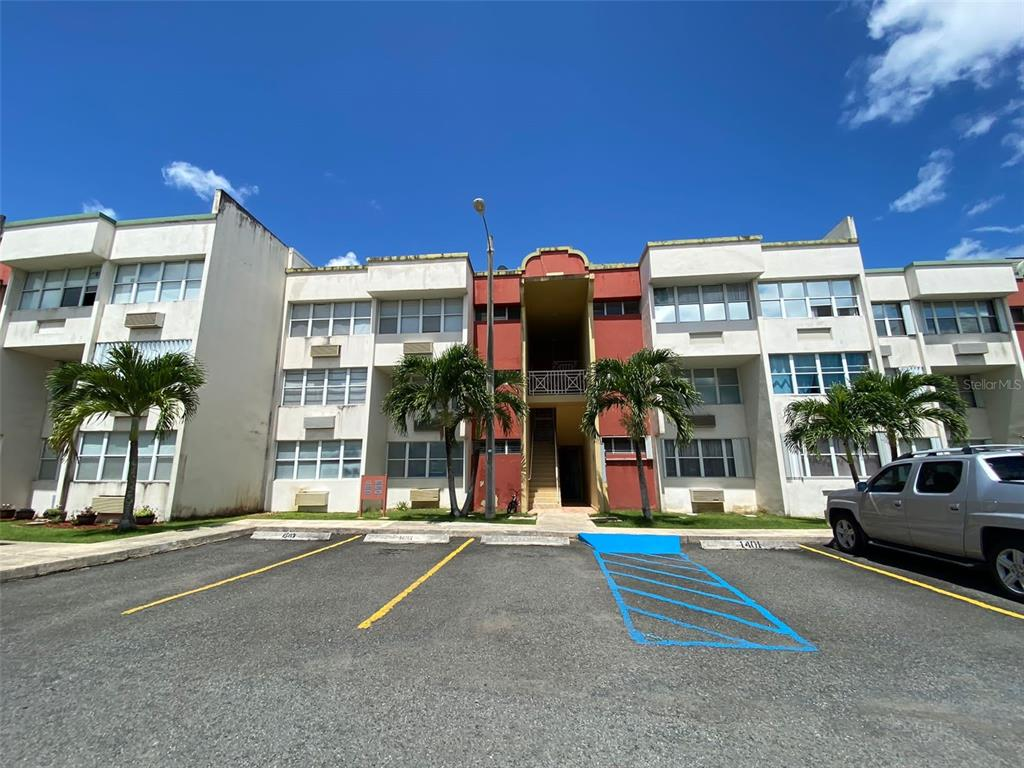 Apartment 1st floor does not have a staircase. 3 bedrooms, 2 bathrooms, living room, kitchen, dining room. It has 2 parking lots, 24/7 security, basketball court, swimming pool and recreational area. Qualification FHA. Prequalified customers, important to have qualification letter
