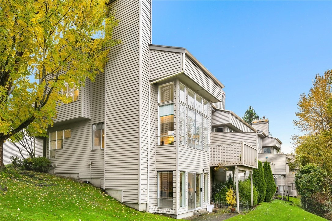 Modern architecture w/ mountain views & a 20' wall of windows in the open concept living spaces will simply WOW you! Updated kitchen w/ gas cooktop & SS appliances, bamboo floors, & a deck that's perfect for enjoying the views! Upstairs features a spacious master suite w/ vaulted ceiling, 5 pc remodeled master bath w/ jetted tub & two closets, plus an additional bedroom & full bath. Lower level w/ private entrance can be a potential rental. Close to DT Redmond, MSFT &bus stop! PRE-INSPECTED!