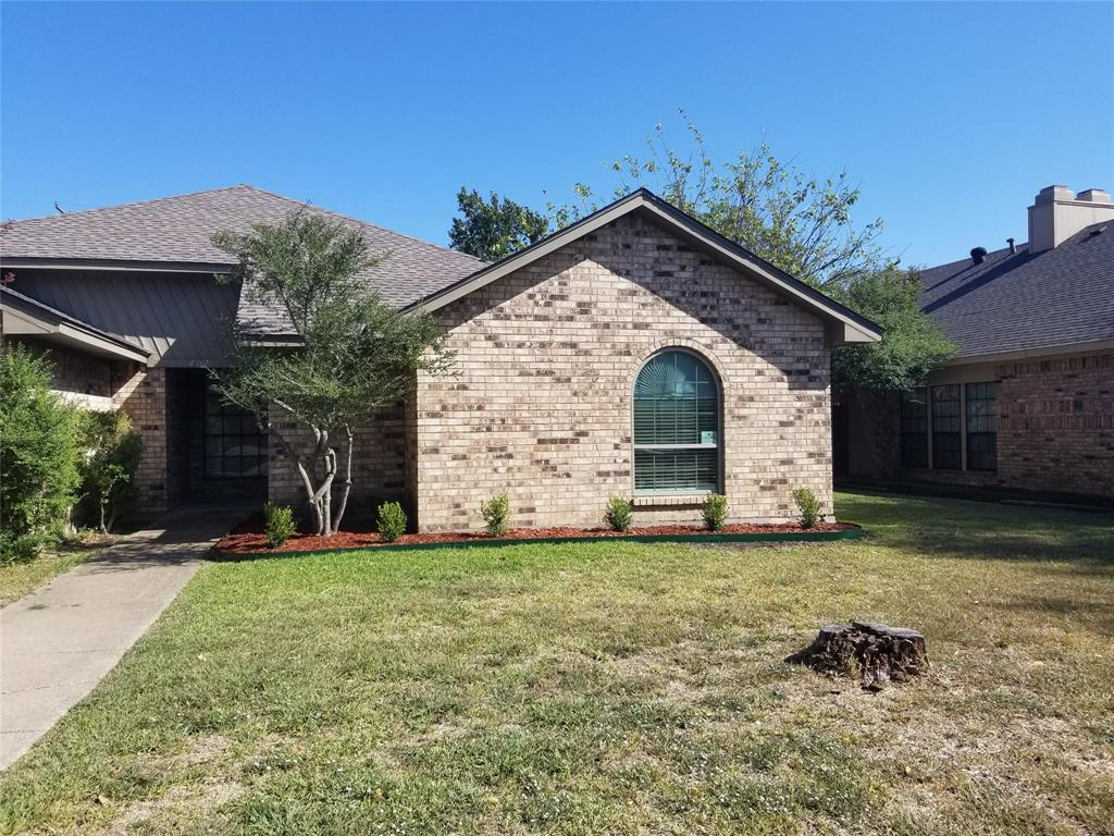 Very nice 3 bedroom duplex in the heart of Wylie. Open style floor plan from kitchen to living room with brick fireplace, vaulted ceilings and more. Spilt bedroom floor plan. I vehicle garage with small grassed backyard.