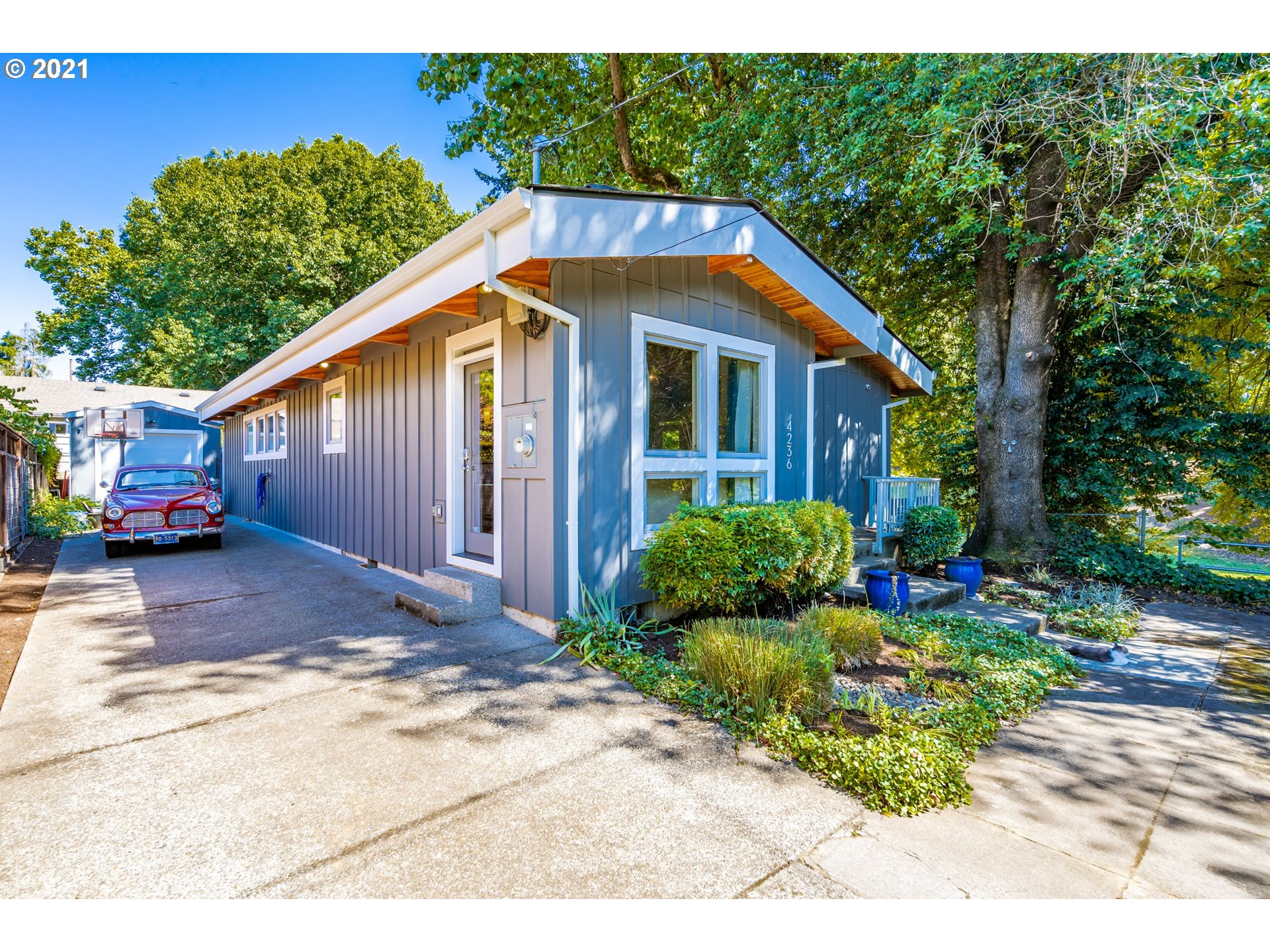 Rare 5+3 mid-mod home on corner lot at end of cul-de-sac offers vaulted ceilings & floor-to-ceiling windows for sweeping verdant views of park! Custom kitchen takes center stage w/ long Caesarstone island, sleek cabinetry & fleet of built-in appl. Primary en-suite w/ jetted tub & access to wrap-around deck & yard. LL family rm, 5th bed & laundry. Exceptional attention to detail & artful finishes make this one of PDX's most impressive homes.Incredible close-in location mere moments to everything!