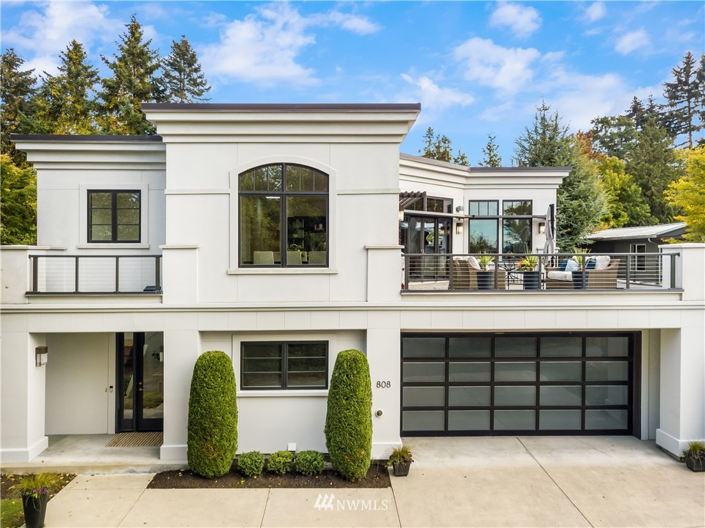 California cool in Medina...Tailored and elegant living/dining spaces open to a grand entertainment sized deck with stunning views of Lake Washington and the Seattle skyline. Oversized windows frame the ever-changing picturesque scenery. Stainless steel appliances and Italian Valcucine kitchen and bar please the gourmet chef. Serene owner's suite with spa-like bathroom and walk-in closet. Luxury finishes at every turn. Private, level lot.
