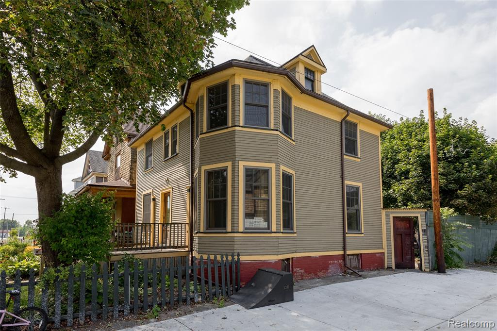 Charming colonial in the historic Woodbridge neighborhood. This three-bedroom, one-bathroom home features original hardwood floors and beautiful architectural details throughout. The kitchen is fully remodeled with stainless steel appliances and butcher block countertops. Outside, you'll find a spacious and secluded back patio with a built-in fireplace. Perfect for entertaining, this home offers modern living in one of the oldest neighborhoods of Detroit.