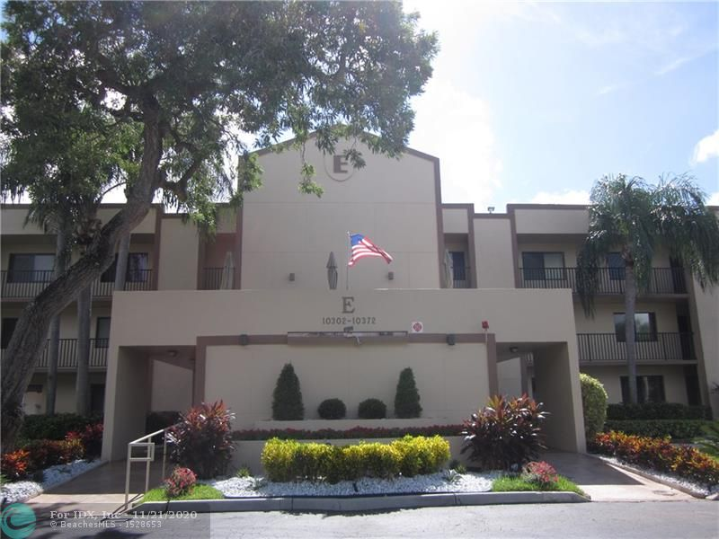 LOVELY WATER VIEW FROM THE NEW HURRICANE IMPACT WINDOWS ON BUILDERS FLORIDA ROOM AND IN MASTER BEDROOM OF THIS GROUND FLOOR 2/2 BANYAN..BRAND NEW LAMINATE FLOORS THROUGHOUT,JUST PAINTED.NEWER AC AND WATER HEATER.INTERNET INCLUDED IN MAINTENANCE.AGREEMENT FOR DEED FOR CLUBHOUSE HAS BEEN PAID IN FULL. PARK RIGHT IN FRONT OF CONDO.CONDO IS RENTABLE IMMEDIATELY. TENANT MUST BE 55+ALL KINGS POINT AMENITIES INCLUDING TRANSPORTATION, PERFORMING ARTS THEATER. MAGNIFICENT CLUBHOUSE WITH EXERCISE ROOM AND EQUIPMENT, CLUBS, CLASSES, INDOOR POOL, DANCES, TRIPS. ALWAYS SOMETHING TO DO AND SOMEONE TO DO IT WITH.