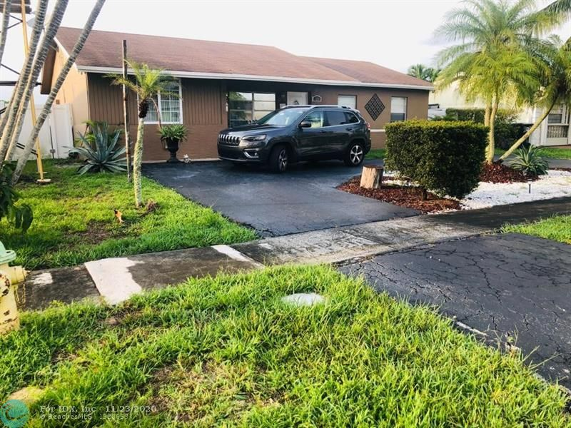 CENTRALLY LOCATED SINGLE FAMILY HOME 3 BEDS/2 BATHS. CLOSE TO SHOPPING, SCHOOLS AND PARKS.  FOR VIEWING SEE BROKER REMARKS.  OWNER OCCUPIED.