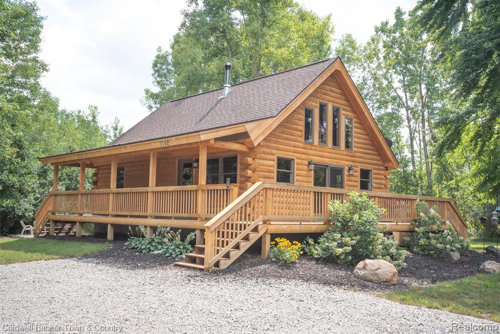 Feels like a MAGAZINE PICTURE the second you step inside! Enjoy a cup of coffee on the deck and enjoy wildlife all around you. High Quality Log Cabin Home built in 2016. Location, Location, Location---UP NORTH Feel only minutes from Major Highways and shopping. Desireable Hartland Schools on 2+ Acres. Open concept with Loft over looking the Great Room. Don't miss out!!