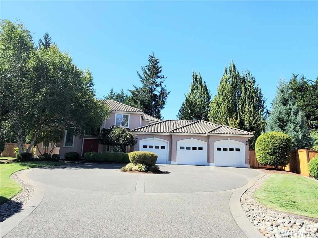 Beautiful home, on quiet cul-dec-sac with bay windows and a 3-car garage! Frescoed wall.