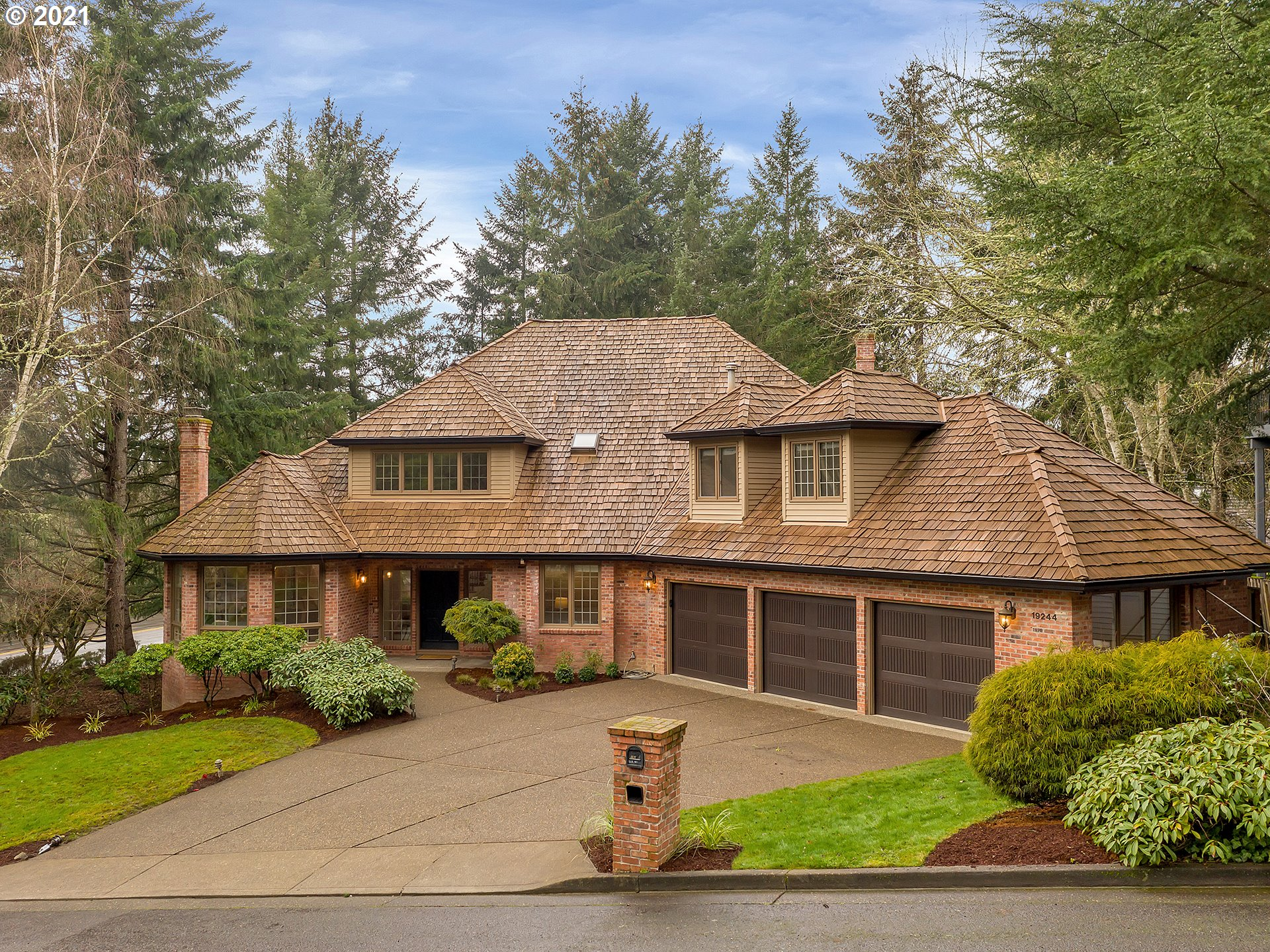 Elegance, quality & delicious privacy in desirable Lake O neighborhood. Surrounded by parks and green space, there is so much to love in this renovated grand floor-plan: artisan finishes, dreamy master suite, formal living & dining. Find tranquility in a private backyard or entertain in an outstanding chef's kitchen w/ top-end SS appliances. Roomy, flexible spaces in Oregon's #1 school district with easy access to recreation, shopping, dining & airport. Lucky you: back on market due to job loss.