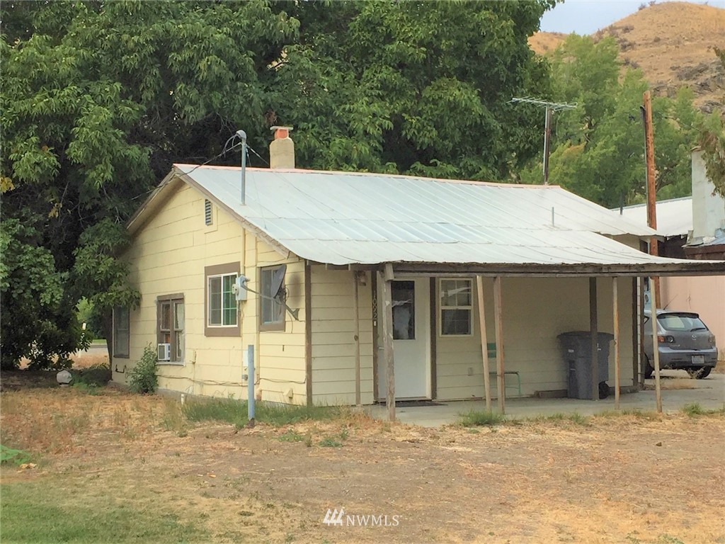 One bedroom fixer upper in the quaint town of Methow. This one bedroom, one bathroom house is conveniently located between Winthrop and Brewster for ease of commuting. Quiet neighborhood, mature trees, and a large yard enhance this property.