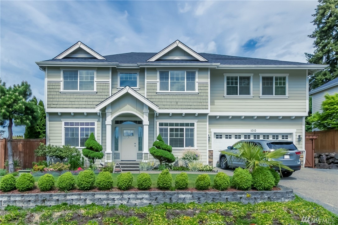 Immaculate grand home at Woodridge Estates. Move in ready! Features coffered ceilings in formal living & dining room, great room w/gas fireplace, spacious kitchen w/ island, skylight in upstairs bath & 3 car tandem garage. Butler pantry off of kitchen. Upstairs utility room. French doors lead to master suite boasting ensuite bath & large walkin closet. 4 bedrooms plus den-can be 5th bedroom & bonus room. Hardwood flooring throughout main. Beautifully landscaped. Excellent location, close to I-5!