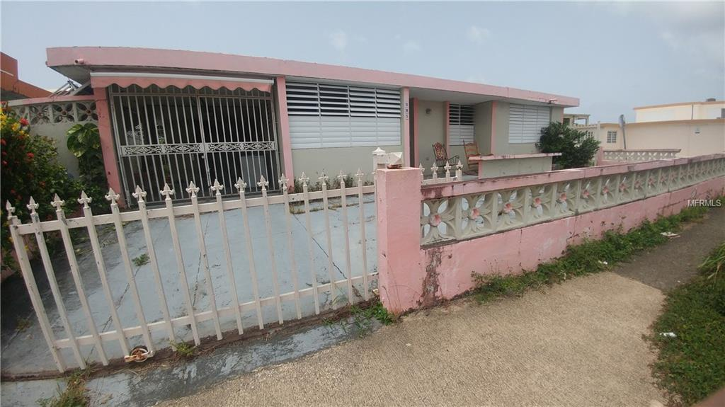 Single family home. It consists of 4 bedrooms and 2 bathrooms, living room, dining room, kitchen, large family, balcony and carport. Corner lot with 391 square meters. Good conditions. Central area, near schools, churches and shopping center. 5 minutes from the airport.