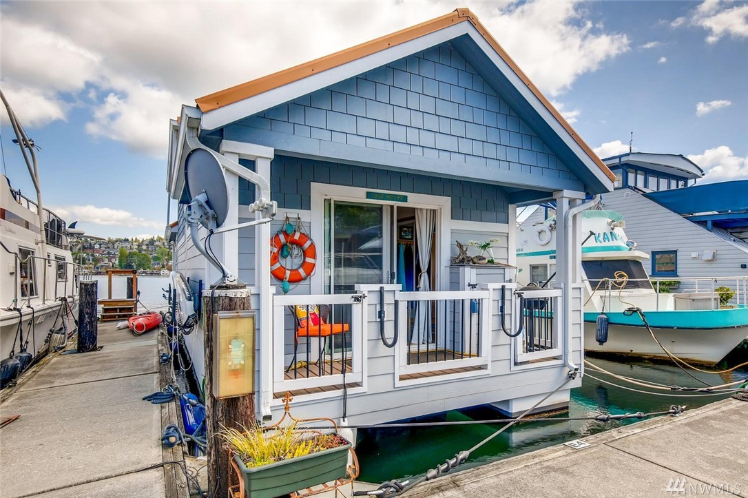 Fabulous vacation houseboat (not a full-time liveaboard) with stellar views, contemporary design, and comfortable living areas. Enjoy an evening on Lake Union, with difficult choices. Do I look at the fireplace or the water? Shall we eat inside by the fire or outside on the deck? Maybe just skip dinner and go for a kayak ride around the lake? Built-in queen Murphy bed. Extra loft for sleeping/storage. Comes fully furnished, includes kayak & paddleboard. Slip rent $605 PM. Pet-friendly marina.
