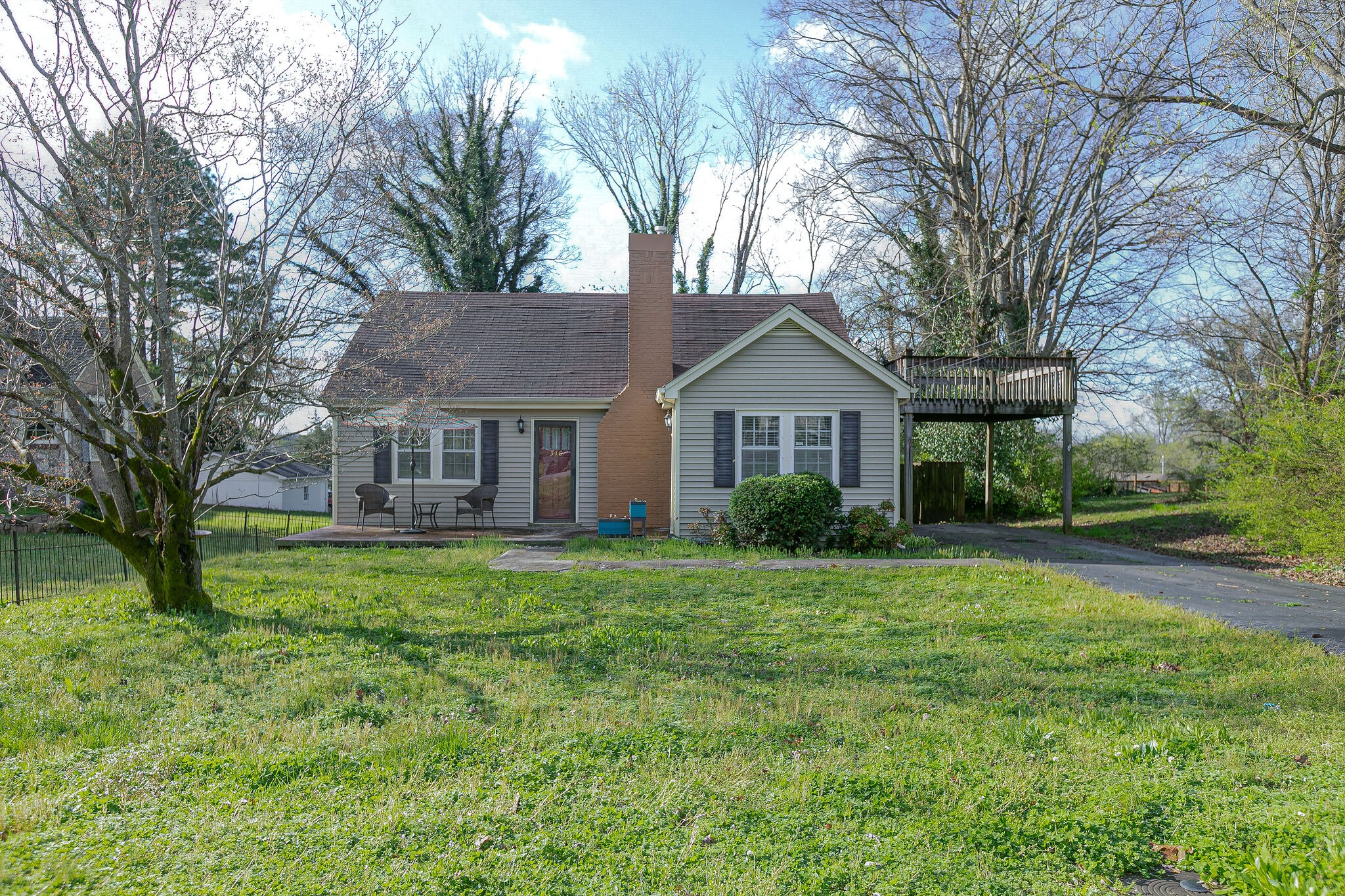 Location! This cozy home is in one of Columbia's most popular areas of Columbia. It is near Riverwalk Park and walking trails.