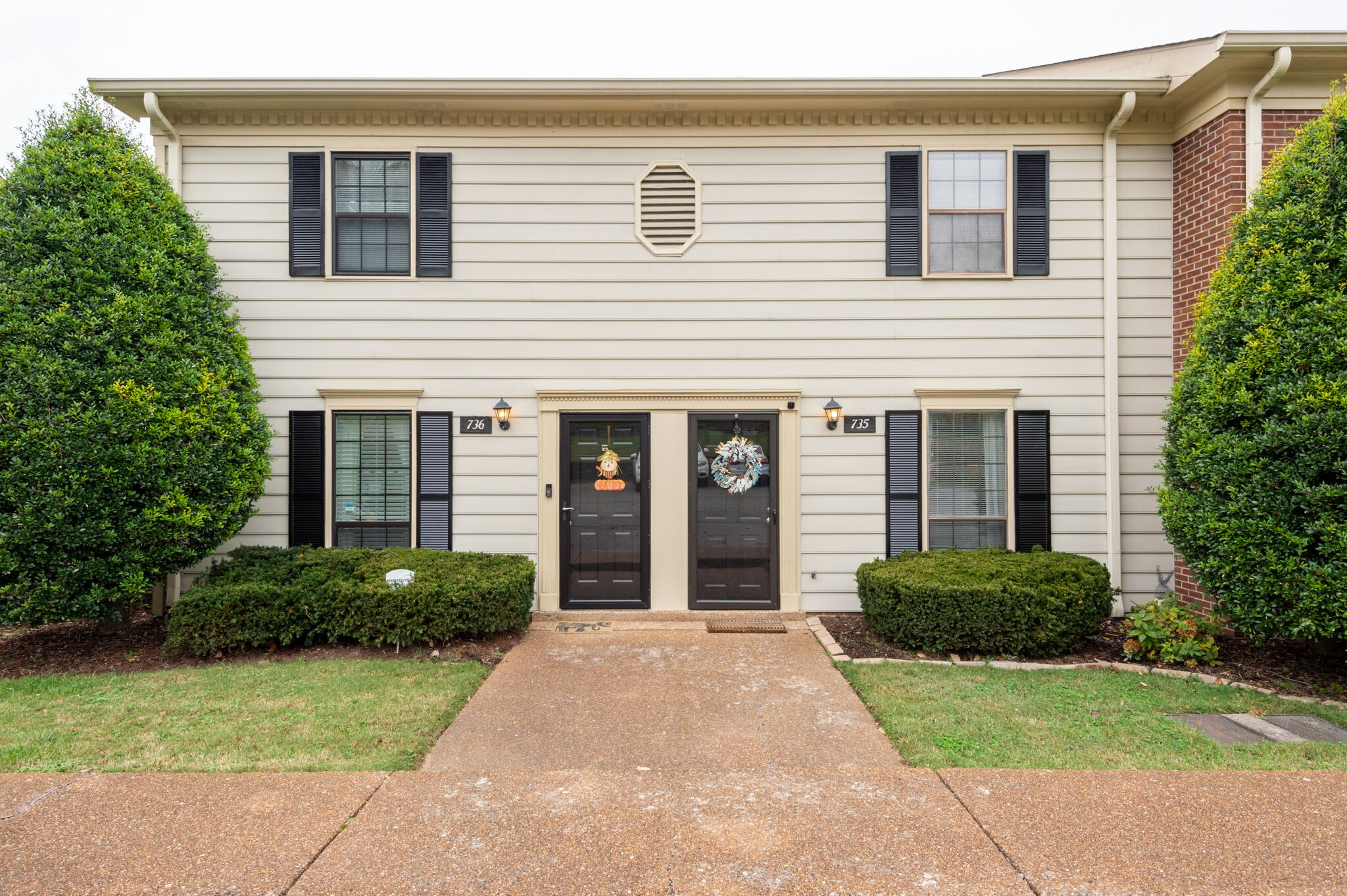 Popular Brentwood Trace in an AMAZING LOCATION off I-65 & OHB! Less than 3 minutes to great shopping...Target, Panera Bread, Longhorn & more! Updated Kitchen with QUARTZ COUNTERTOP, TILED BACKSPLASH, all like-new STAINLESS APPLIANCES stay, including washer & dryer! Smooth Ceilings, Hardwood & FP in Great Room! Privacy Fenced patio has beautiful view overlooking Mature Common Ground and Pool! MOVE-IN READY NOW! Call for your showing today!
