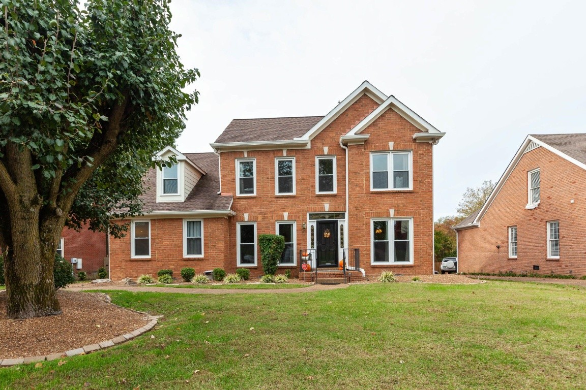 Move in ready home in the heart of Franklin! Main floor is all hardwood, Master is downstairs with beautiful updated Master Bath 2019, all brick with private fenced back yard and deck, tall rear entry garage, kitchen and both baths have granite counters, bookcases, skylights and cozy  gas fireplace in Den. Enjoy being convenient to I-65 in a wonderful neighborhood full of amenities like swimming, tennis and clubhouse for just a $58 a month HOA fee.