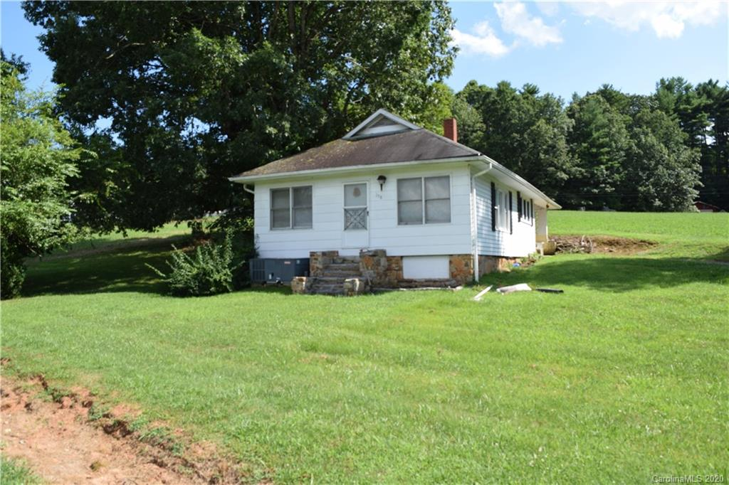 Peaceful country farmhouse located 10 minutes to downtown Hendersonville, shopping, and restaurants. This 2/1 on .37 acre offers affordability and convenience. Don't miss this diamond in the rough.
