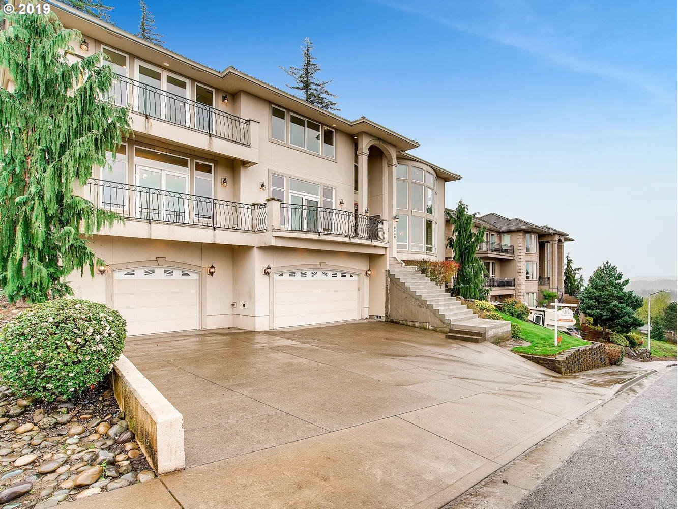 Great, bright and Happy home in Happy Valley! Close to the 205 Freeway. Greatly maintained, private with only Gated Access, and plenty of space for Entertaining!