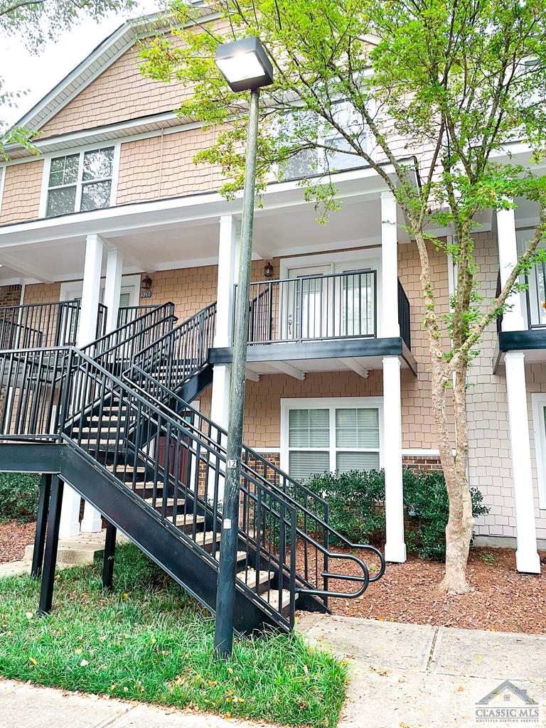 Vacant top floor unit in Summit of Athens! Perfect for parents, investors, or owner occupancy. 2 bed/2.5 bath with a great roommate floor plan. Fantastic for off campus living with access to clubhouse, pool, and tennis courts!