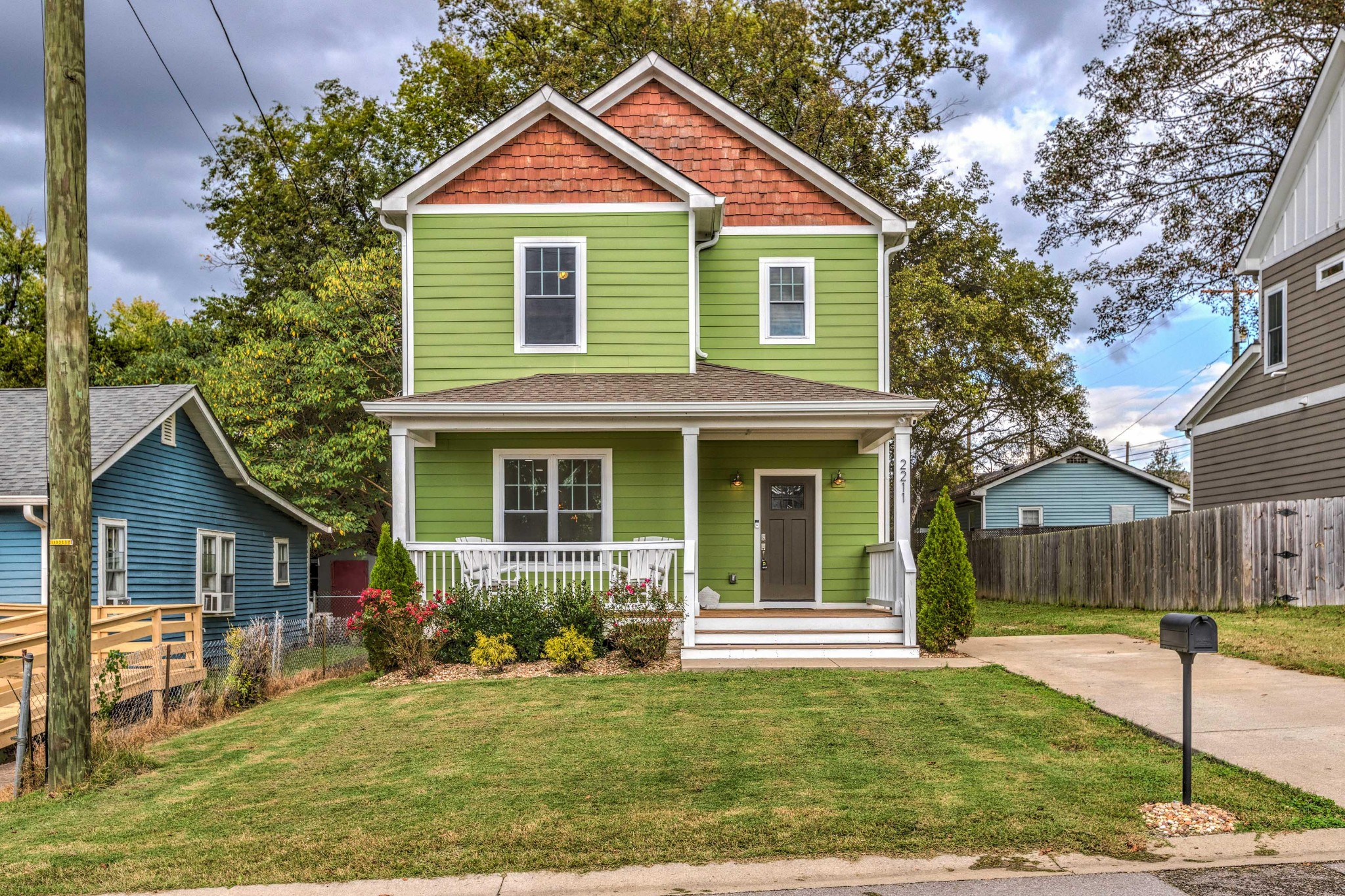 This home features a open floor plan, tall ceilings, storage room, bamboo floors, granite countertops thru out. Great location walk to Blue Turtle marina,. minutes from the lake..15 minutes from the airport and 25 min. from downtown Nashville. Great location