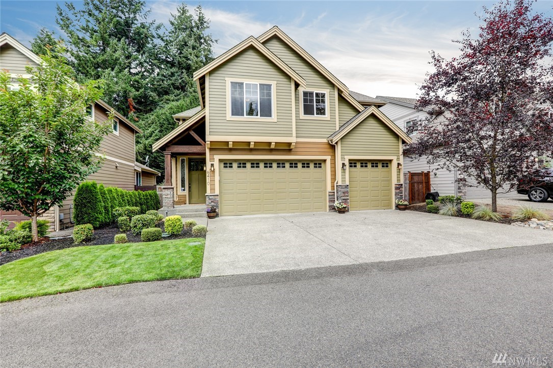 Located in desirable University Place, this beautiful custom Zetterberg resale is turnkey & doesn't disappoint! Complete w/open concept design, 4 beds/2.5 baths, hardwood flrs, 9' ceilings, gas fp, huge bonus rm, 3 car garage & even A/C! The modern design kitchen features quartz counters, SS appliances, large island, tons of custom cabinets, tile backsplash, walk-in pantry & eat-in space. Spa like master suite w/ soaking tub & walk-in closet! You'll enjoy the functional backyard w/covered patio.