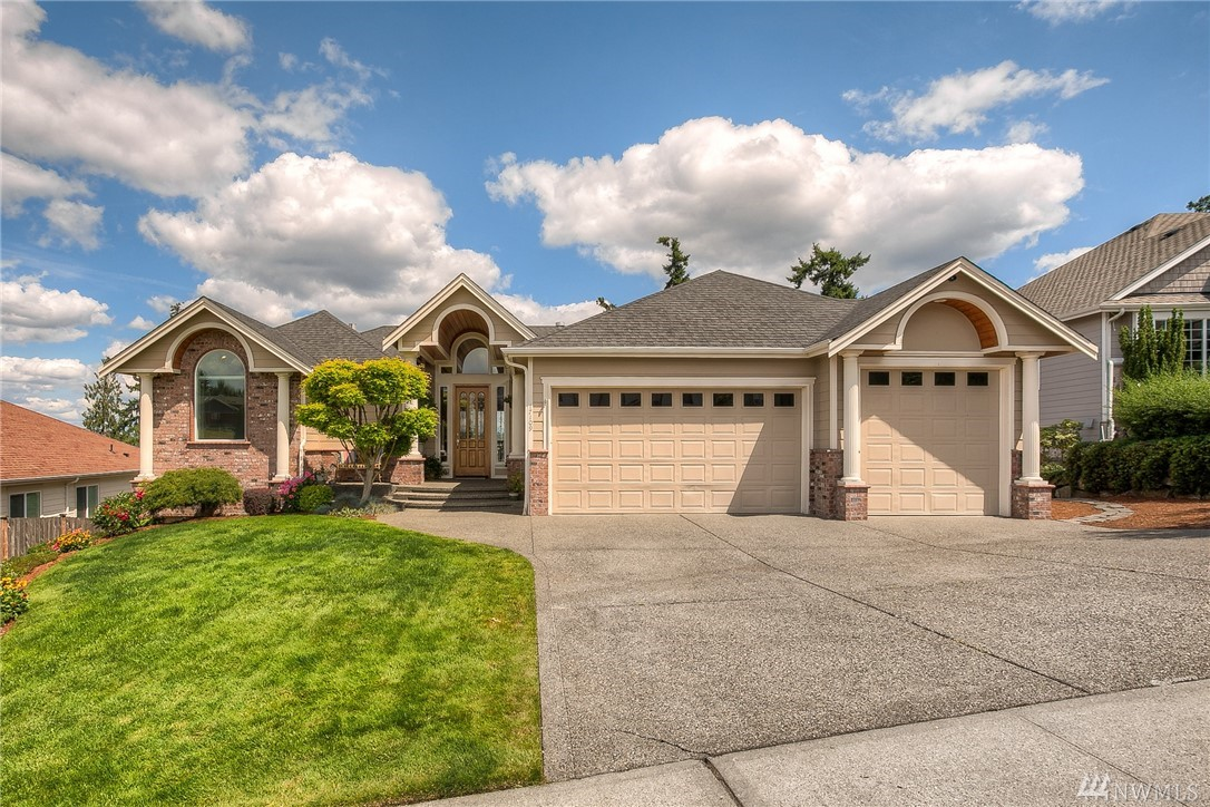Morningview Ridge daylight rambler w/mesmerizing views of the Puyallup River, valley & Mt Rainier. Luxurious yet comfortable interior offers airy vaulted ceilings, custom detailing, master & extra bdrm on main flr, study, open balustrade & newer carpeting. Large windows & glass doors capture the stunning scenery. The well-appointed kitchen w/Monogram stainless appl sits open to the family rm & dining. A lower rec rm provides the ultimate entertaining area w/built-in bar, game & media space.