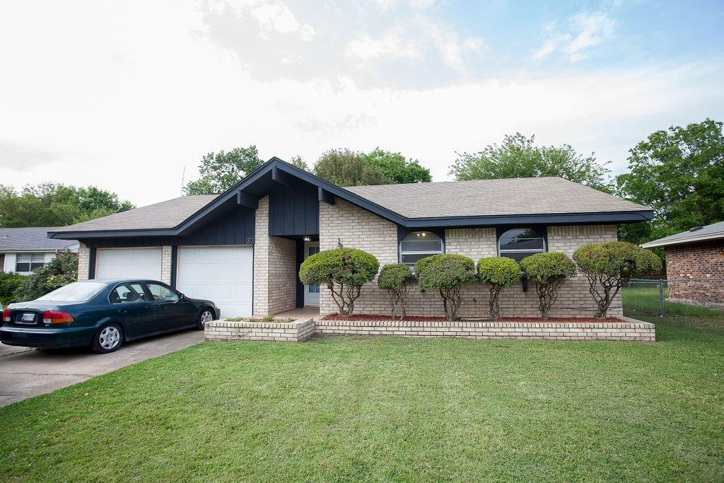 You don't want to miss this Beautiful three bed 2 bath home in Norman. This home is a blank canvas waiting for you to make it yours!  Just a short drive to OU Campus. Quick access to Hwy 9.  You'll want to see this one. Call your Realtor® and set up a showing today!