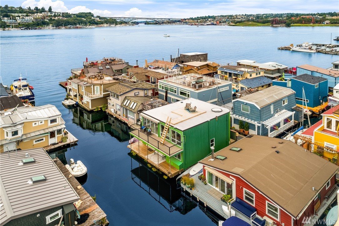 Spacious Contemporary Floating Home w/ owned moorage on Lake Union in Dox-Coop.  Rare 3 bdrms & 2.25 bths + den.  Reverse floor plan, open living and dining room w/hardwood floors, remodeled kitchen w/ playful decor and updated appliances. Entertain on 2 exterior decks and a spectacular roof top deck offering stunning lake views. Potential moorage for small boat, room for kayaks and other water toys. Conveniently located in Eastlake neighborhood near restaurants, public transportation.