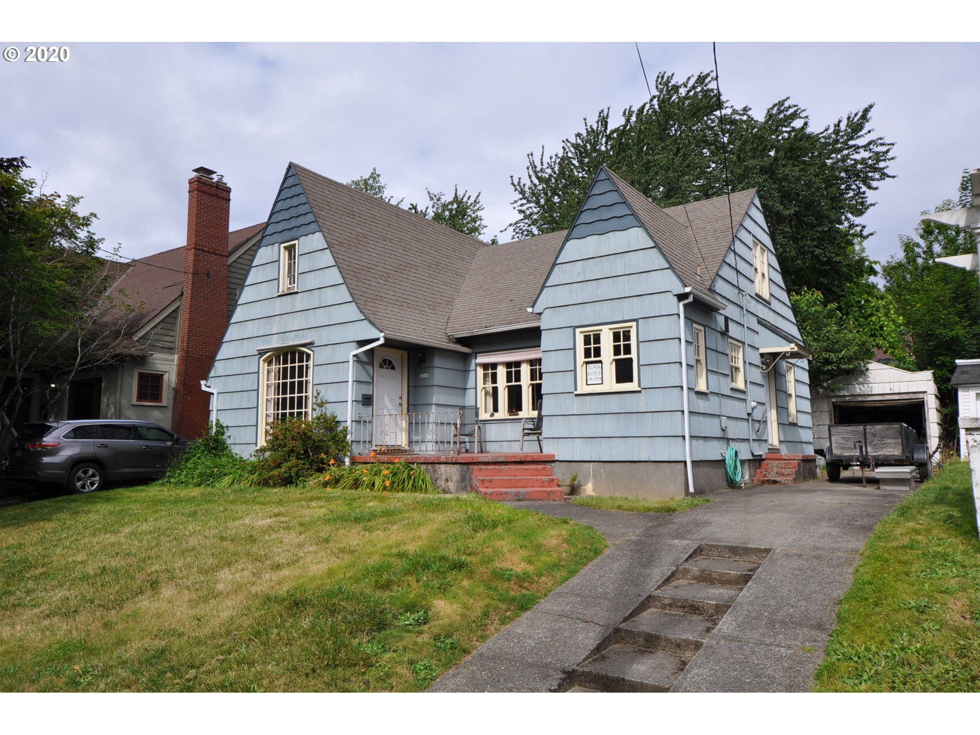 Looking for an affordable starter home in one of Portland's most coveted neighborhoods? Value a strong community boasting a top rated elementary & freshly remodeled high school? Look no further! This charming Tudor-style home located in the popular Grant Park neighborhood is your ticket in. Featuring formal living & dining rooms, hardwoods throughout, wood burning fireplace, detached garage & more. Located close-to shopping, eateries, coffee, pharmacy, bank, etc. Won't last long at this price!!! [Home Energy Score = 1. HES Report at https://rpt.greenbuildingregistry.com/hes/OR10185470]