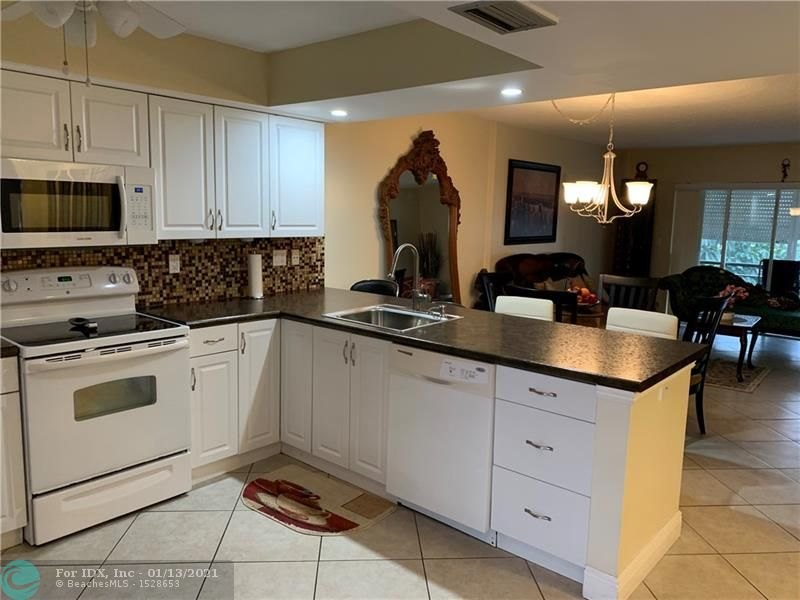 Beautiful 2 bedrooms, 2 bathrooms, a turn key, new open kitchen. Building have a new roof last year, security camera. Great community close to beach, main road, restaurants and shopping. Very active community: Shuffleboard, pétanque, exercise room, live show, sauna, heated pool and much more. 55+