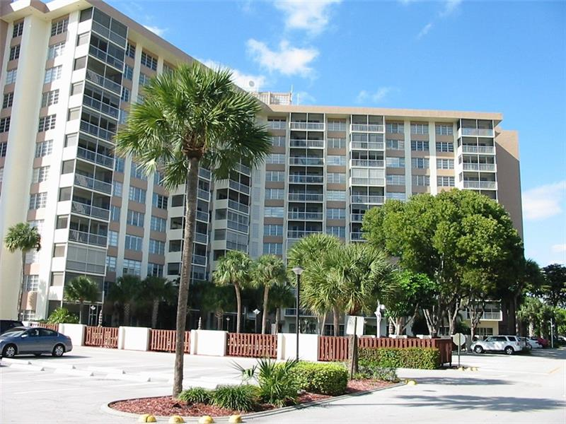 Luxury hi-rise building with 24 hour secured lobby, NO CATWALKS here. Large split bedroom apartment with nice pool area views. Building is close to everything, shopping, restaurants, transportation and hospital.