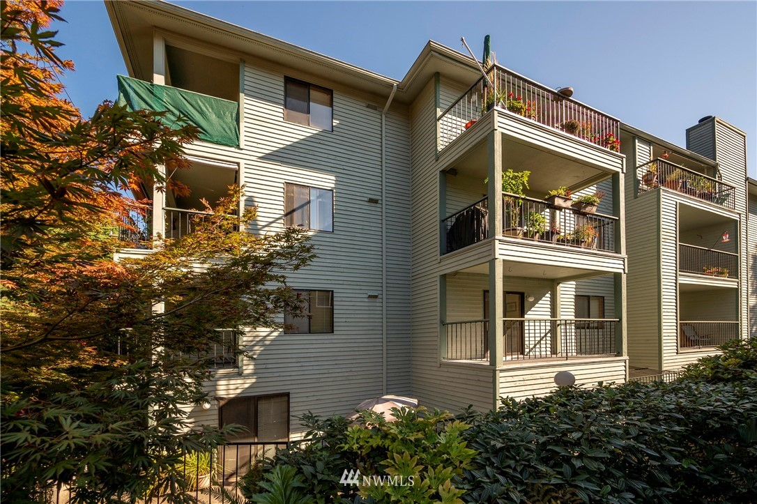 Positioned immediately across the street from the city's largest park and it's Puget Sound access and within easy walking distance of a major regional grocer, Parkview is a 16-unit apartment building in the desirable Magnolia neighborhood. The property is well located in a neighborhood that features a residential feel and also easy access to the major employment centers of SLU and downtown. Built in 1987 with a mix of 10 two-bed/two bath and 6 one bed/one bath units and with an appealing feature including covered secured parking, in unit washer/dryers in all 2 bed units, deck, elevator service, fireplaces in select units and intercom entry. Parkview Apartments is a rare find!