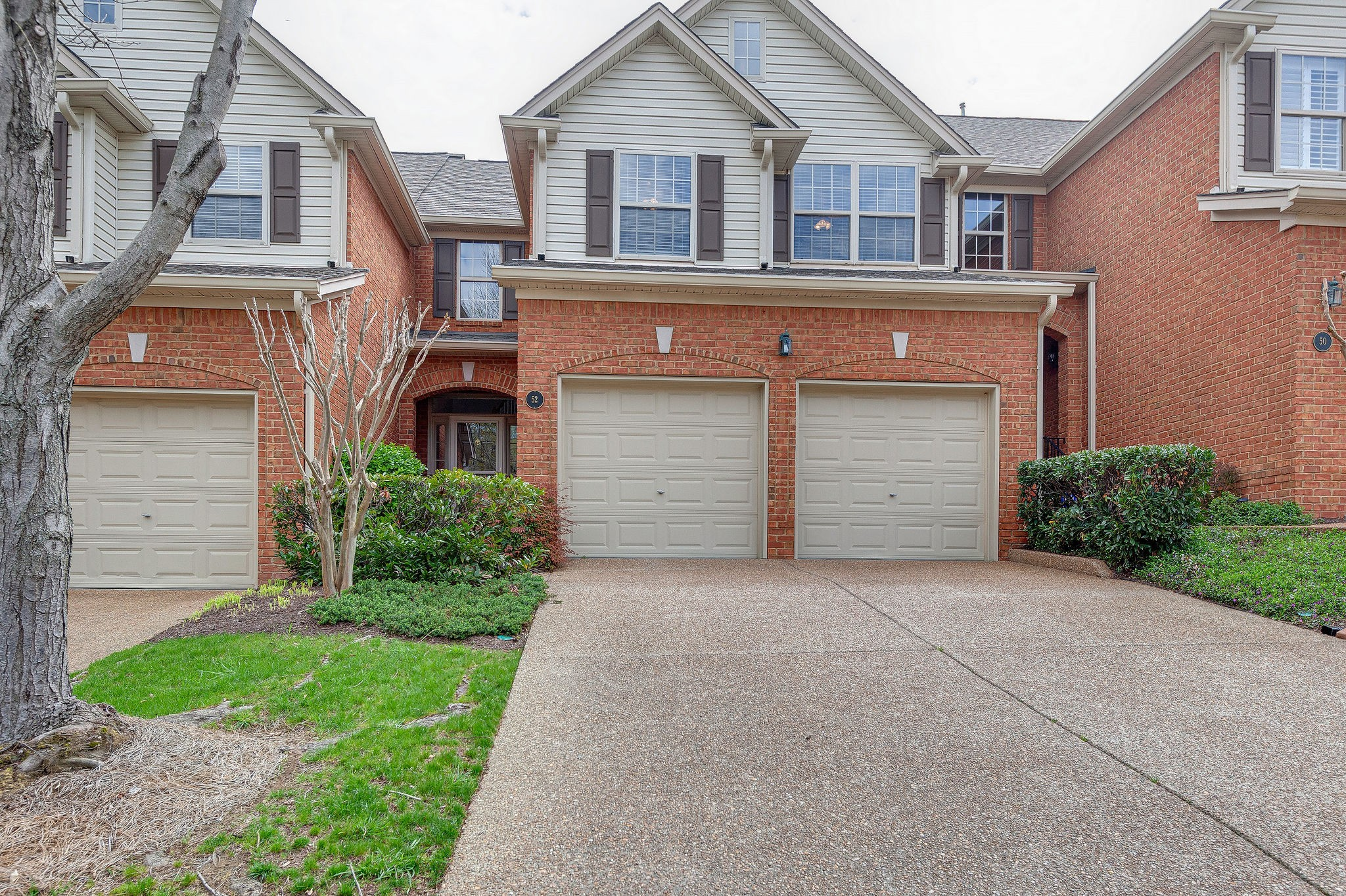Yummy: Immaculate, Neutral, VACANT, Move-In Condition. Close to I-65, downtown, Brentwood and Cool springs. Priced to sell. Great opportunity for this location and price range