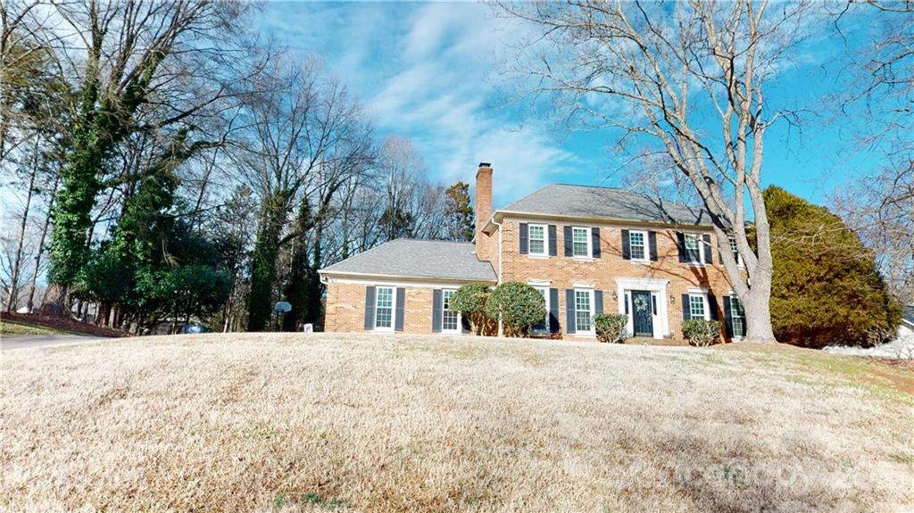 LOCATION LOCATION LOCATION. RAINTREE GEM IS A DIAMOND IN THE ROUGH WAITING FOR YOU. HOME HAS IT ALL!!DEN WITH GORGEOUS MASONRY FIRE PLACE & WET BAR, HUGE FORMALS AREA & BREAKFAST NOOK OVERLOOKS INVITING SUNROOM. FROM JUST ABOUT EVERY WINDOW IN THE HOME YOU CAN SEE THE WILDLIFE OR THE GOLF COURSE. OVERSIZED 2 CAR GARAGE. FULL BRICK. SHOWINGS ONLY ALLOWED DUE TO COVID SAT AND SUN 12-4.