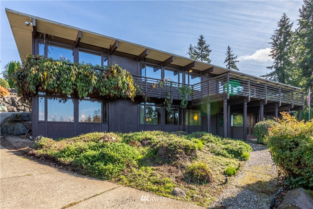 VIEW*VIEW* Cast your sights across the Puget Sound to Maury Island and on a clear day see the Olympic Mnts from this mid-century modern gem in coveted Marine Hills. The Marine Hills Swim and Tennis club is in the neighborhood with optional membership. An easy commute to airport or freeway. Nautilus Elementary school is just down the hill. Stairs in the neighborhood take you to Salty's, Aquarium, boat launch, and boardwalk along the beach. Open concept with view facing deck and lower patio.