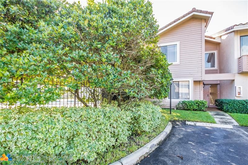 Beautiful 3 Bedroom, 2 Bath Townhome Located in the Community of Maplewood Townhouses!  Kitchen Cabinets, Family Room With Built-In Shelves, Bedroom/Bath on Main Level With Tile Flooring, Master Bath With Roman Tub, Dual Sinks, Paddle Fans.  Community Pool Amenities! This is a Must See!