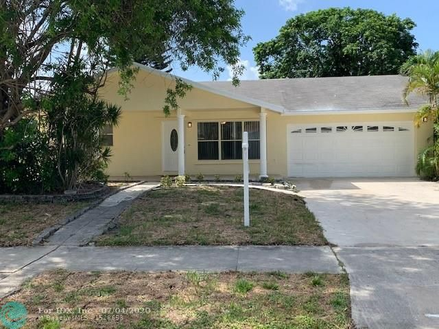 Beautiful pool home with a lake view. Large 3 Bedroom 2 bath with a huge living room that is great for entertaining . A magnificent kitchen with tons of space, perfect for a family and entertainment. Open floor plan. Bright and airy. . Breathtaking pool area and large patio with private fence.