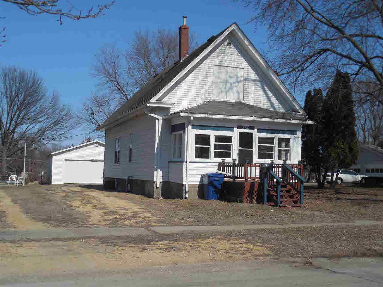 NICE BUNGALO, can move right in with a little paint and some flooring clean up. Garage and yard are in good condition, and the sellers are MOTIVATED AND WILL LOOK SERIOUSLY AT ALL OFFERS!!