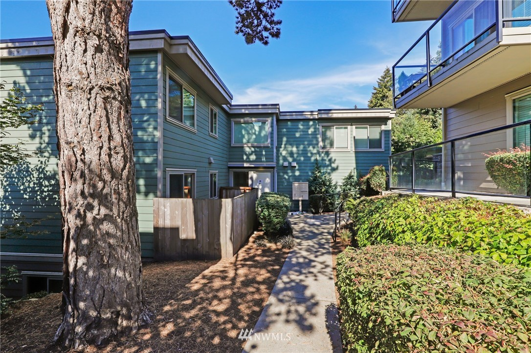 Quiet, end-unit in secure building w/private patio facing north & peek-a-boo Lake WA views. Home features open living / dining and fantastic designer kitchen w/large island, slab granite counters, maple cabinets & SS appliances. Ridgewood features a sparkling outdoor pool w/BBQ area, clubhouse, kitchen & meeting area. In-unit W/D. No stairs. Designated covered parking space close to entrance. Pet Friendly. NO RENTAL CAP. Prime location ; north-end. Vacant unit – easy to show!