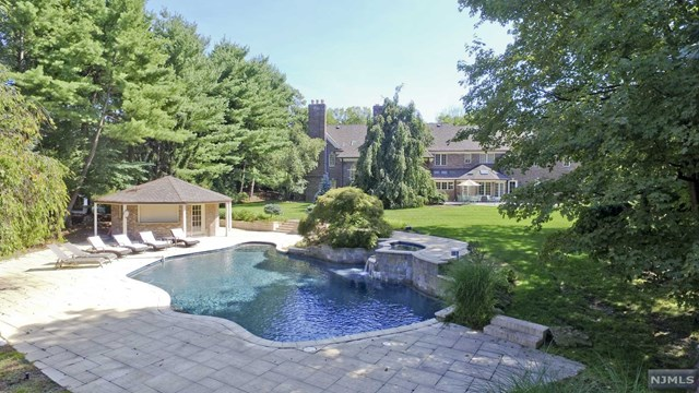 8 Shinnecock Trail, Franklin Lakes, NJ 07417