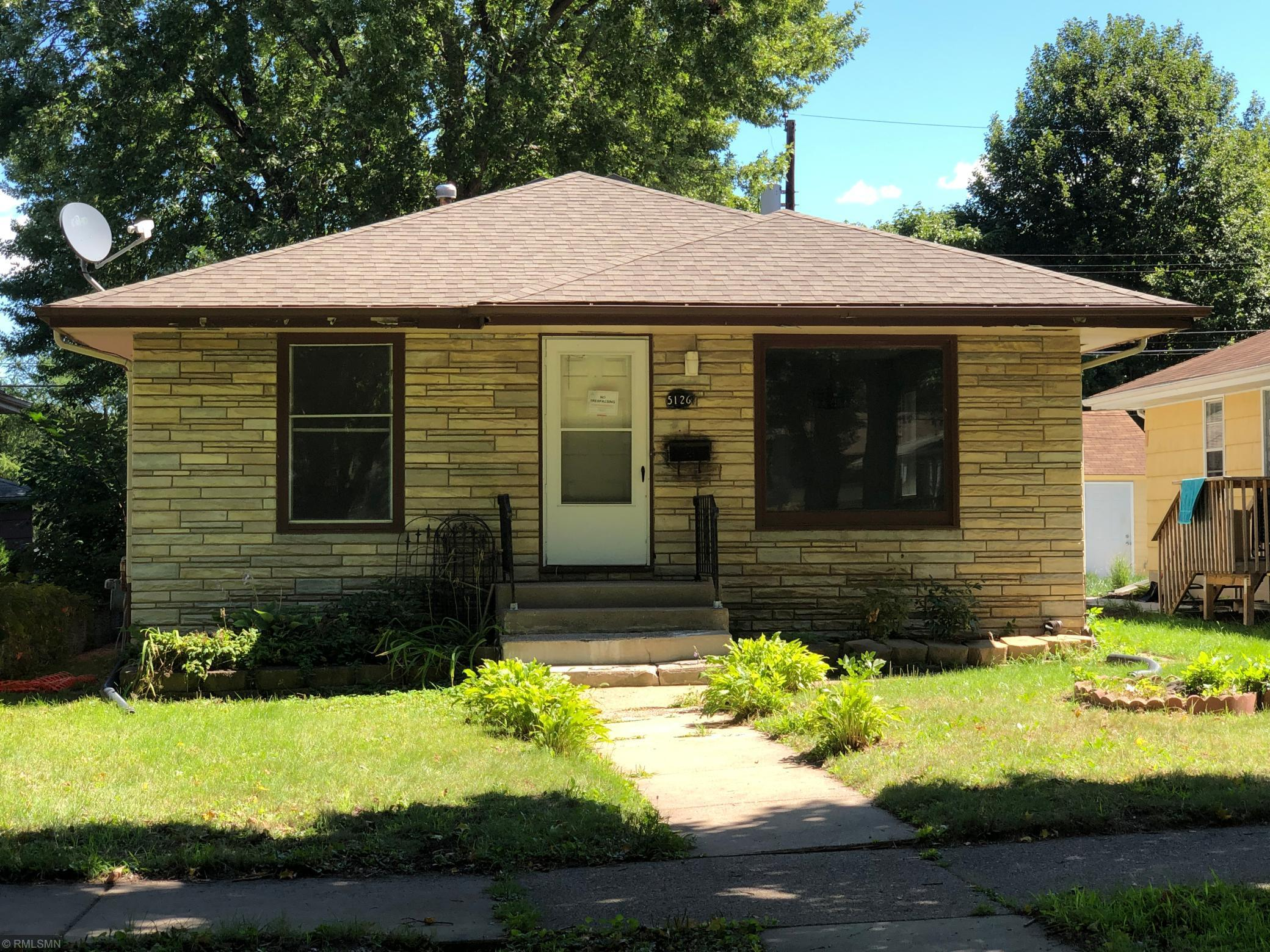 3 bedroom, 2 bath home located in desired Minneapolis! Located near schools, shopping, parks and much more! Must see today!