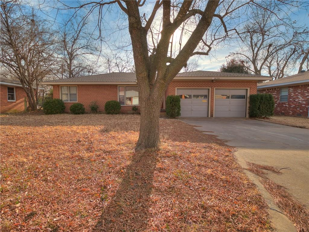 Cozy 3 bedroom home in Central Norman located near Jackson Elementary. Large living room, Dining, Mud/Storage room, 3 Bedrooms, 1 Bath, Washer and Dryer hookups, Stainless Steel Double Dishwasher Drawers, 2 Car Garage, Large fenced in backyard with wood deck.