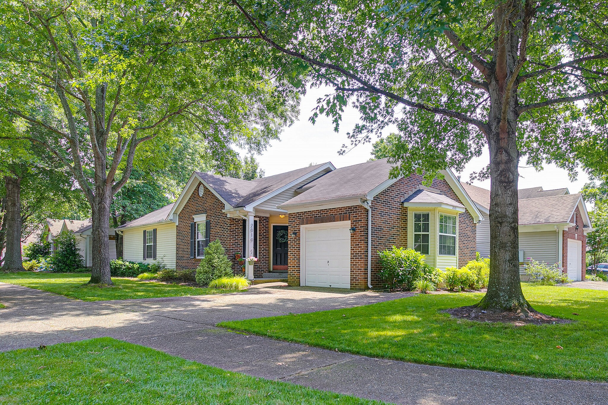 Franklin charmer in the very sought after neighborhood Fieldstone Farms! One level living with an updated kitchen with granite and stainless steel appliances. Walk to restaurants or go to the clubhouse and enjoy the pool, tennis, or fitness center. Showings begin Thursday, June 17 at 10am - Sunday, June 20 at 4pm. Offers due by 12pm Monday June 21th.