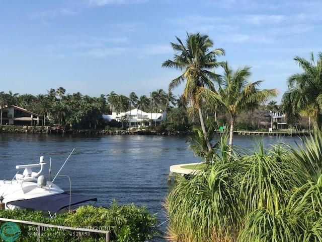 A stunning vista of Fort Lauderdale's historic New River, just 100' from your dock.  The panorama, looking south and west, is of one of the widest sections of the river and it is enchanting.  Build your dream home here.  Right beside point lot.  Direct access and only minutes to Port Everglades for ocean access.  Rare opportunity.  Las Olas is packed with great restaurants, great shopping, tons of night life.  Close to airports and all major roadways.