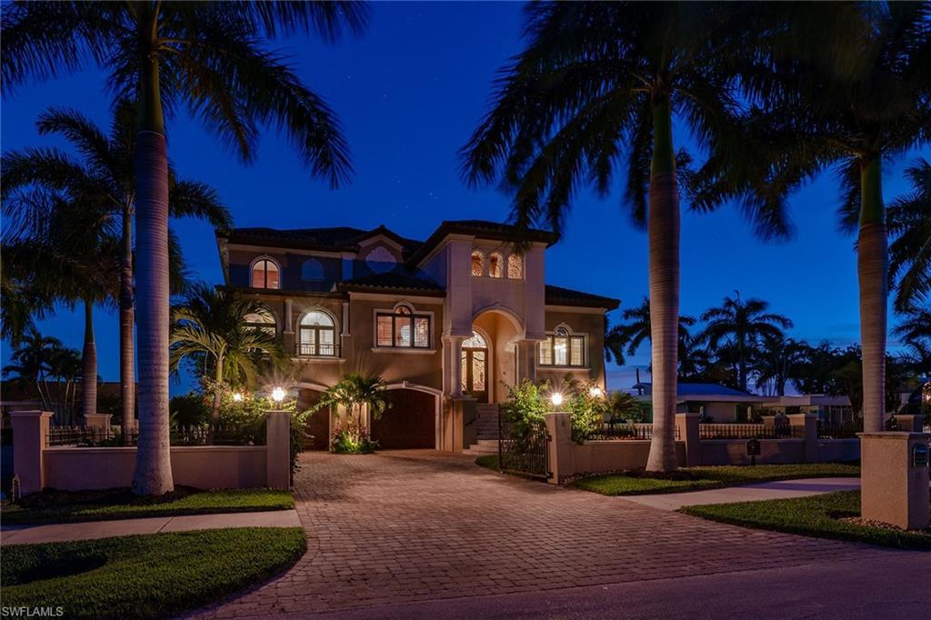 8 Pelican St W, Naples, FL 34113