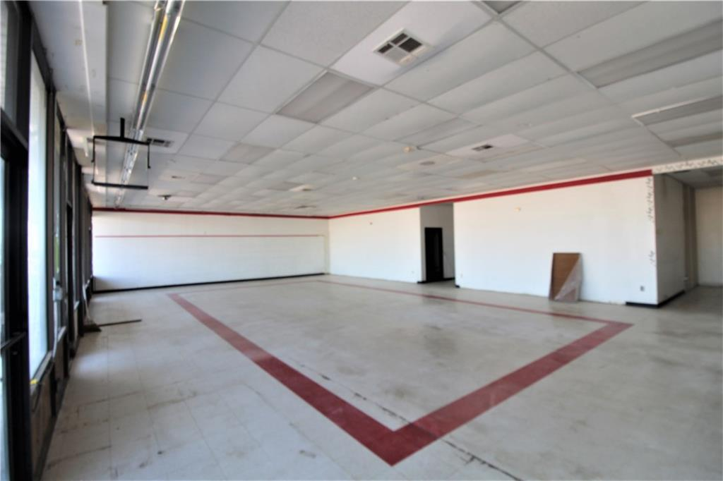 2500 sf of Commercial space available. 1 door south of Crest on NW 12 & Santa Fe. Building has 2 offices and a private bathroom, and also has a Public Men's & Woman's Restroom. Make this space fit all your business needs. Perfect for just about any business. Application fee is $40 per adult or $70 per married couple. For additional information or to arrange an appointment to tour the home please call or text Rebecca Nunez at 405-819-9643. Feel free to view all listings at tjpropertymanagement.com. *T&J Property Management is managed by Tony Westlake and is a licensee of Hoppis Real Estate*