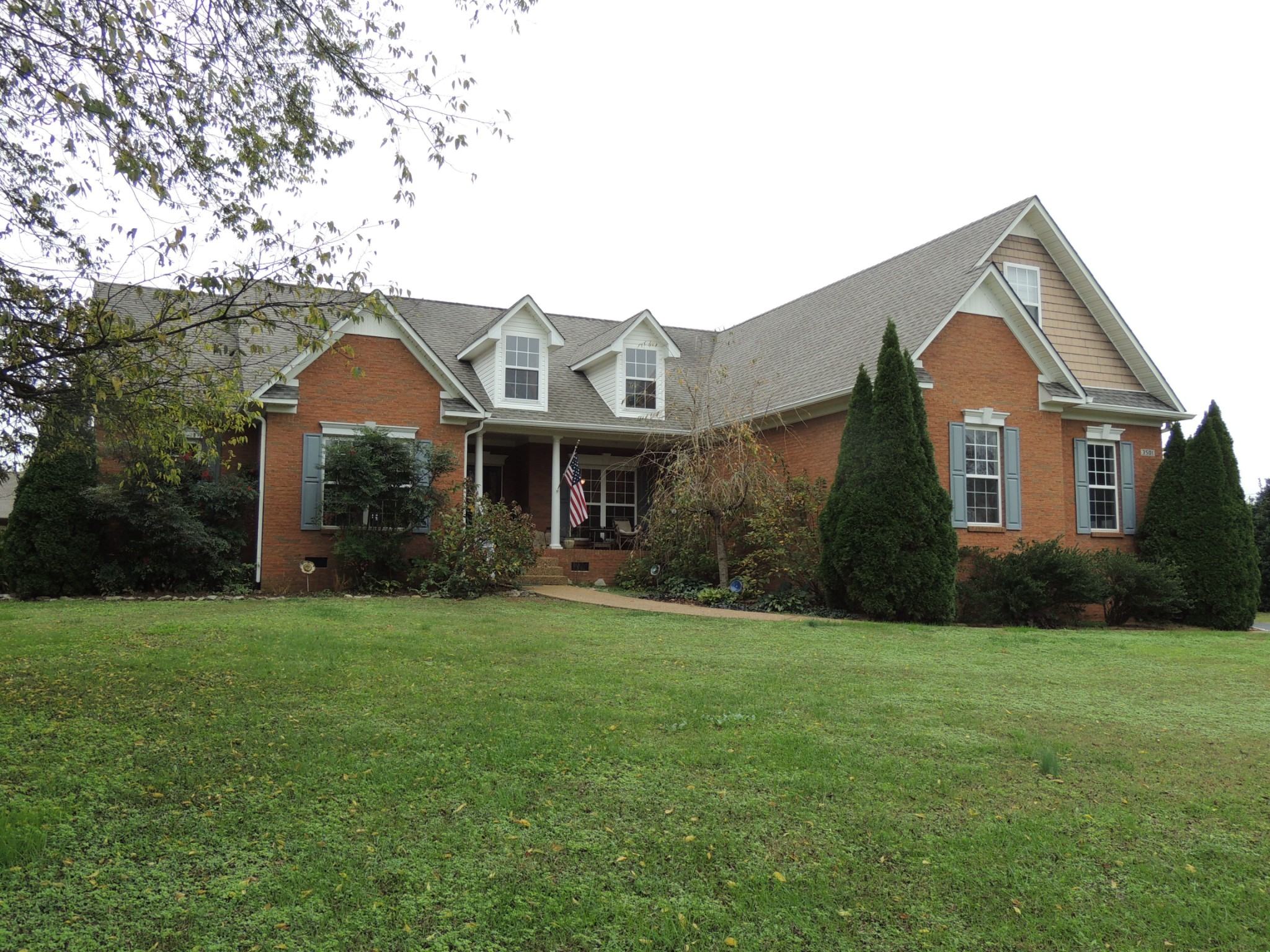 Beautiful Brick Home on over an acre with great views. 4th bedroom currently is being used as a home office. Only 10 minutes to 840 or the Crossings Shopping Plaza, 20 minutes to Franklin or Columbia. This one won't last long!