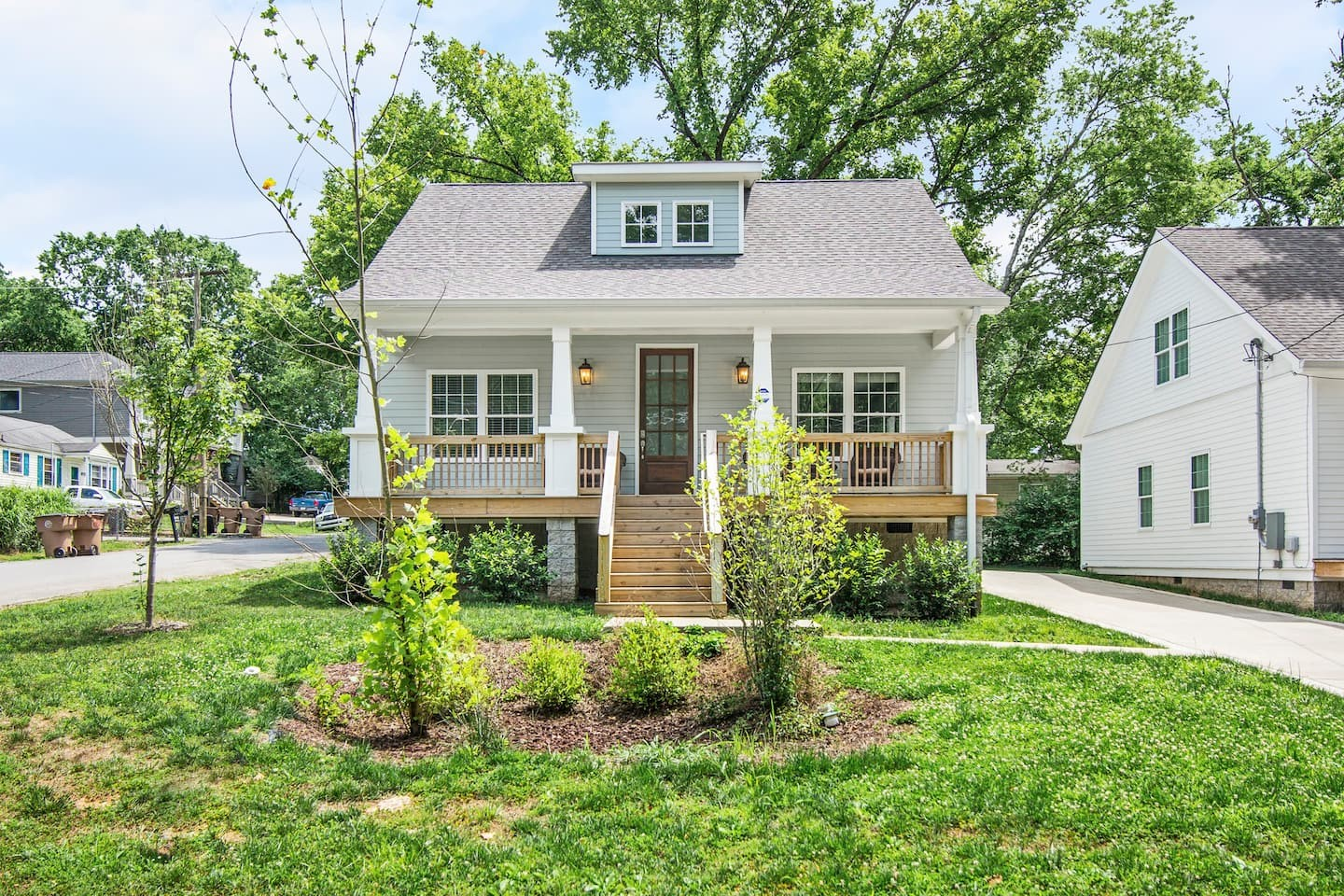 Beautiful, like-new East Nashville Cottage! Features open concept living w/ pristine hardwoods throughout, designer finishes,  Entertainer's Kitchen w/ Carrera marble island & countertops, stainless steel appliances, & Master on the main w/ a walk-in closet w/ built-ins and master bath. Covered front porch and private deck.  Minutes to downtown and walkable to local favorites like Crema Coffee Shop and East Nashville Beer Works Brewery!